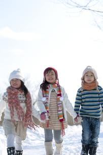 雪道を歩く子供たちの写真素材 [FYI04544246]