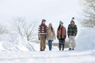 雪道を歩く若者たちの写真素材 [FYI04544254]