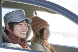 ドライブをするカップルの写真素材 [FYI04544257]