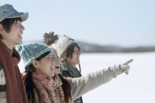 雪原で微笑む若者たちの写真素材 [FYI04544269]