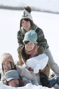 雪原に寝転び重なる若者たちの写真素材 [FYI04544298]
