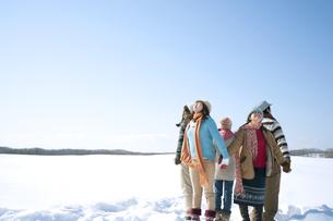 雪原で手をつなぐ若者たちの写真素材 [FYI04544360]
