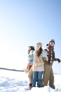 雪原でおしくらまんじゅうをする若者たちの写真素材 [FYI04544376]