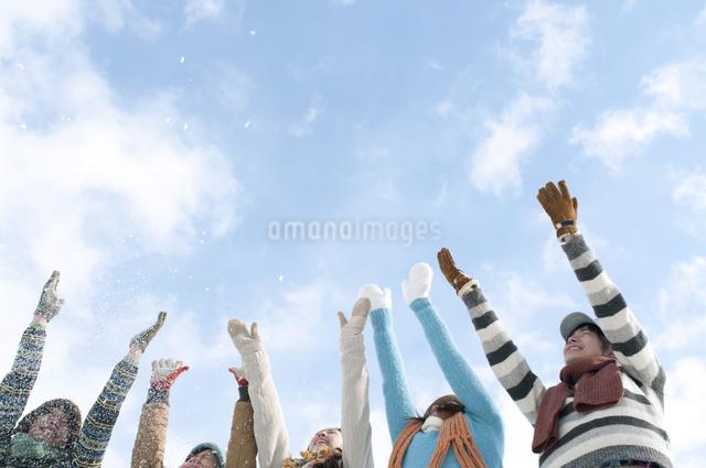 雪を舞い上げる若者たちの写真素材 [FYI04544415]
