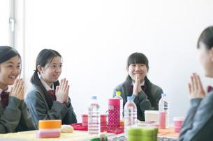 お弁当を前に手を合わせる中学生の写真素材 [FYI04544457]
