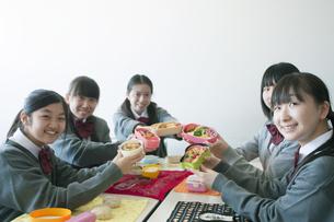 お弁当を持ち微笑む中学生の写真素材 [FYI04544460]