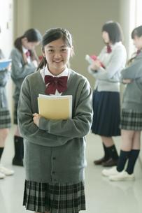 廊下で微笑む中学生の写真素材 [FYI04544469]