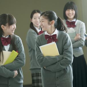 廊下を歩く中学生の写真素材 [FYI04544474]