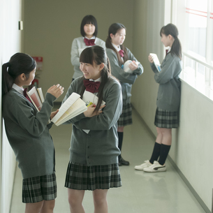 廊下で談笑をする中学生の写真素材 [FYI04544477]