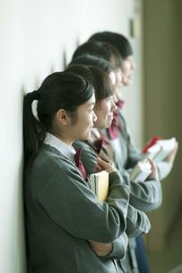 一列に並ぶ中学生の写真素材 [FYI04544484]