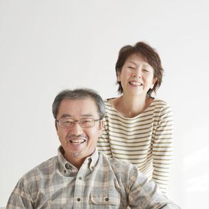 微笑むシニア夫婦の写真素材 [FYI04544491]
