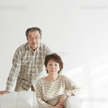 ソファーに座るシニア夫婦の写真素材 [FYI04544495]