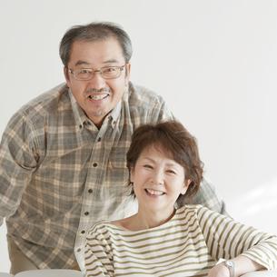 微笑むシニア夫婦の写真素材 [FYI04544501]