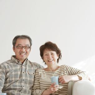 ソファーで微笑むシニア夫婦の写真素材 [FYI04544511]