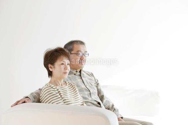 ソファーに座るシニア夫婦の写真素材 [FYI04544516]