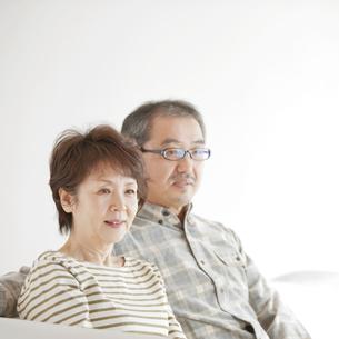 ソファーで微笑むシニア夫婦の写真素材 [FYI04544518]