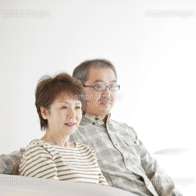 ソファーで微笑むシニア夫婦の写真素材 [FYI04544520]