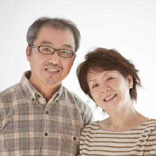 微笑むシニア夫婦の写真素材 [FYI04544531]