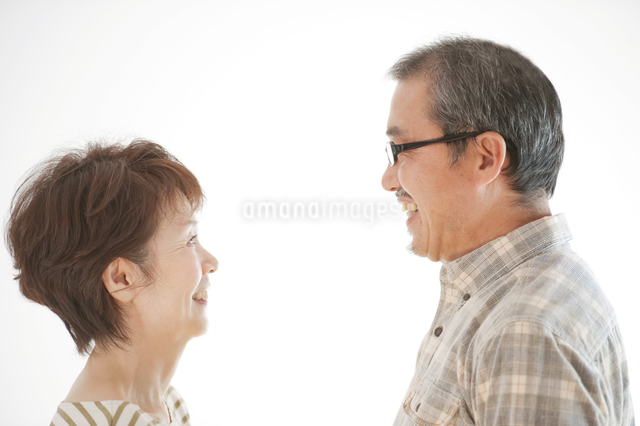 見つめ合うシニア夫婦の写真素材 [FYI04544532]