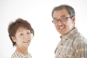 微笑むシニア夫婦の写真素材 [FYI04544535]