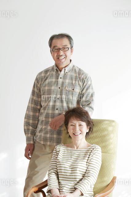 椅子に座り微笑むシニア夫婦の写真素材 [FYI04544540]