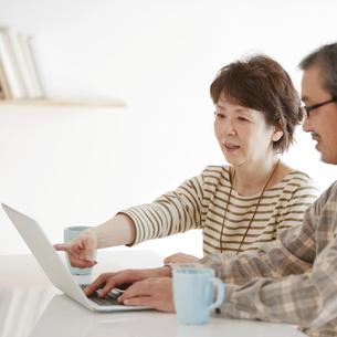 パソコンをするシニア夫婦の写真素材 [FYI04544567]