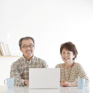 パソコンをするシニア夫婦の写真素材 [FYI04544577]