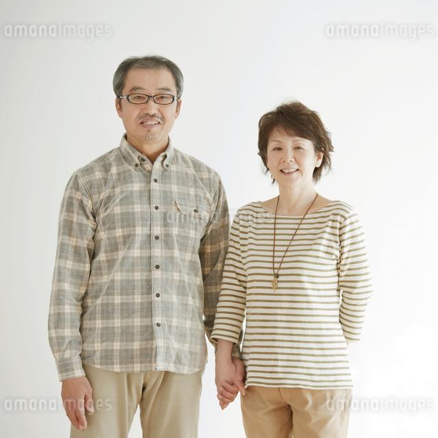 微笑むシニア夫婦の写真素材 [FYI04544594]
