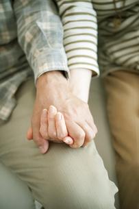 手をつなぐシニア夫婦の手元の写真素材 [FYI04544598]