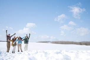 雪原ではしゃぐ若者たちの写真素材 [FYI04544641]