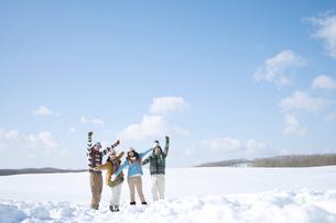 雪原ではしゃぐ若者たちの写真素材 [FYI04544642]