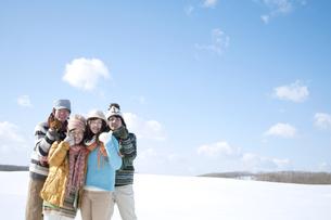 雪原で微笑む若者たちの写真素材 [FYI04544655]