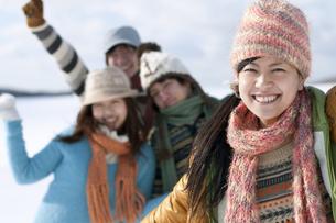 雪原ではしゃぐ若者たちの写真素材 [FYI04544701]