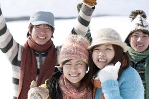 雪原で微笑む若者たちの写真素材 [FYI04544712]