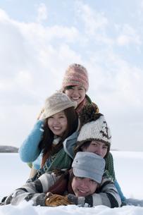 雪原で積み重なる若者たちの写真素材 [FYI04544732]