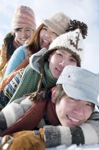 雪原で積み重なる若者たちの写真素材 [FYI04544738]