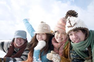雪原に寝転ぶ若者たちの写真素材 [FYI04544747]