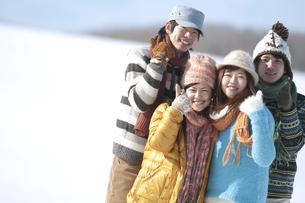 雪原で微笑む若者たちの写真素材 [FYI04544814]