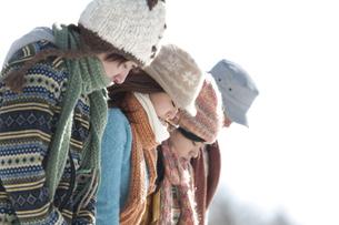 雪原で寒そうにする若者たちの写真素材 [FYI04544818]