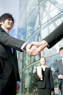 握手をするビジネスマンの手元の写真素材 [FYI04544825]
