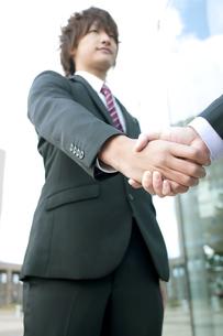 握手をするビジネスマンの手元の写真素材 [FYI04544828]