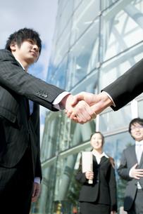 握手をするビジネスマンの手元の写真素材 [FYI04544829]