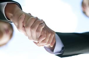 握手をするビジネスマンの手元の写真素材 [FYI04544830]