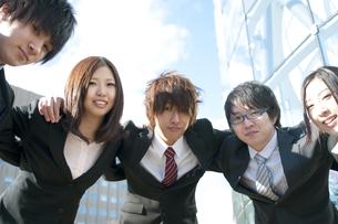 肩を組むビジネスマンとビジネスウーマンの写真素材 [FYI04544840]