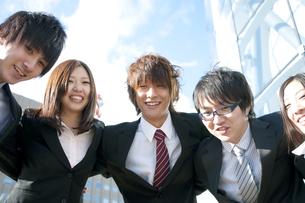 肩を組むビジネスマンとビジネスウーマンの写真素材 [FYI04544841]