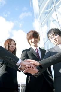円陣を組むビジネスマンとビジネスウーマンの写真素材 [FYI04544842]
