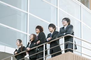 オフィスの前に立つビジネスマンとビジネスウーマンの写真素材 [FYI04544843]