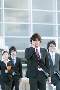 オフィスを歩くビジネスマンとビジネスウーマンの写真素材 [FYI04544850]