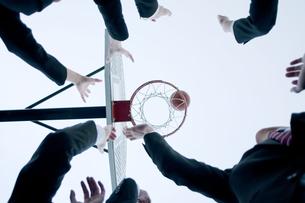 バスケットをするビジネスマンとビジネスウーマンの手元の写真素材 [FYI04544856]