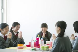 お弁当を前に手を合わせる中学生の写真素材 [FYI04544916]